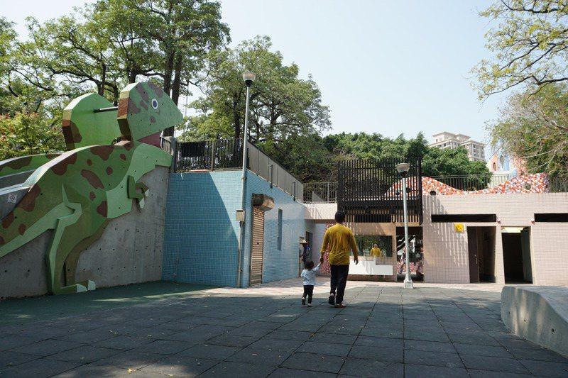 台中市英才公園的公廁經改造,改善通風、自然採光,還與溜滑梯結合,加上大型恐龍圖案,成為拍照景點。圖/聯合報系資料照片