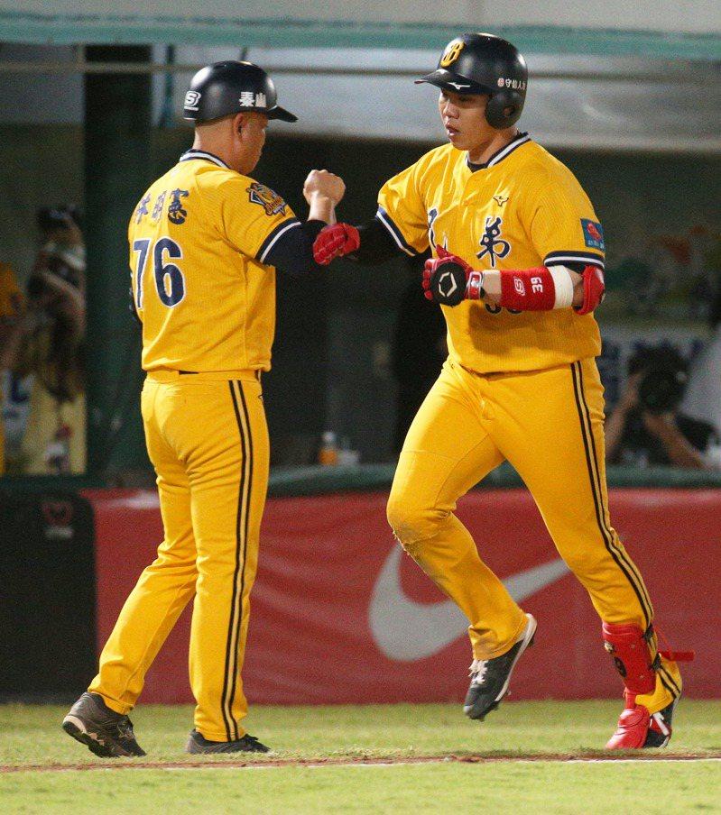 中職總冠軍賽第四戰,中信兄弟隊詹子賢(右)轟出三分砲。記者劉學聖/攝影