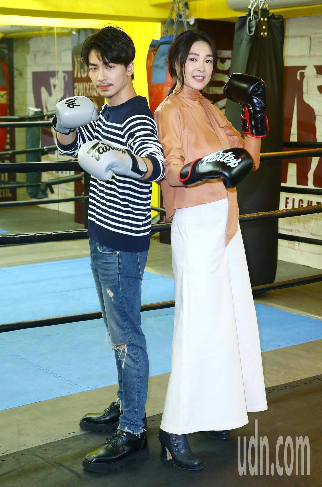 曾珮瑜(右)張洛偍出席「討債女王」開鏡記者會。記者杜建重/攝影