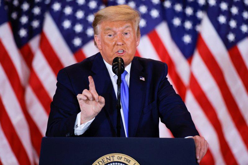 美國總統川普4日推文質疑開票結果。路透