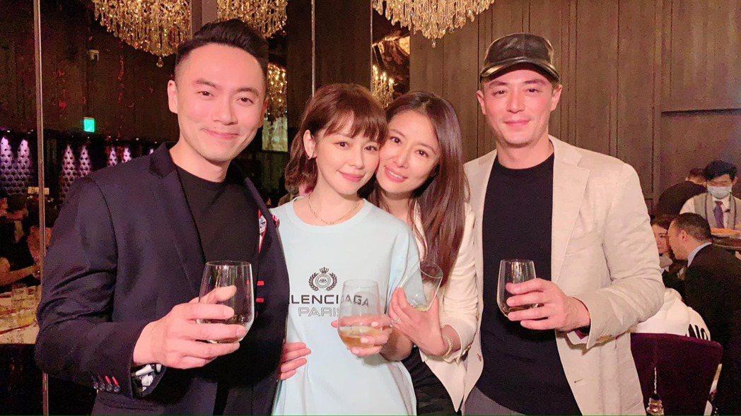 霍建華(右起)、林心如與徐若瑄夫妻合照。圖/摘自臉書