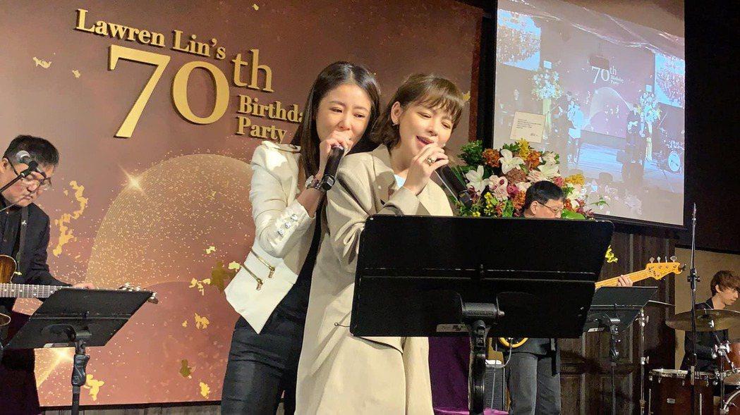 林心如(左)與徐若瑄台上合唱。圖/摘自臉書