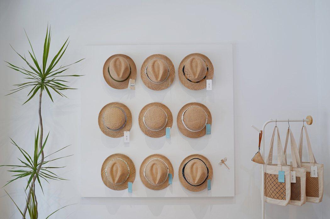 每一頂藺草帽由不同藺編藝師製作,獨一無二。 圖/沈佩臻攝影