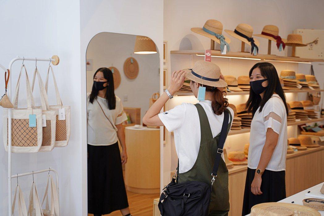 每一頂藺草帽都不一樣,可親自試戴挑選最適合自己的款式。 圖/沈佩臻攝影