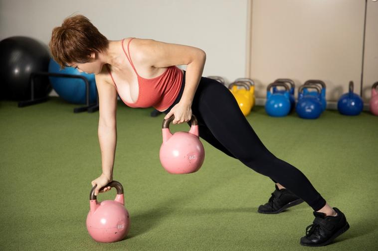 健身教練宅花媽媽除了經常在粉絲團教粉絲如何運動,也和讀者們分享自己隆乳的心路歷程...