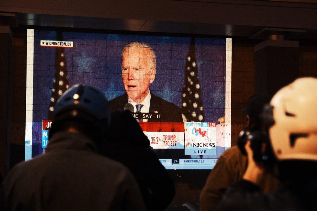 亞利桑那州政府與選委會於4日晚間表示「還有幾十萬張郵寄選票準備開封時」,拜登原本...