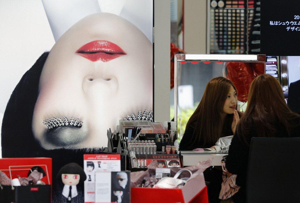 直到今天,有些母親還趁女兒高中畢業之際,一起去百貨公司裡的化妝品櫃台,請美容指導員給女兒上一堂「化妝ABC」。示意圖。 圖/路透社