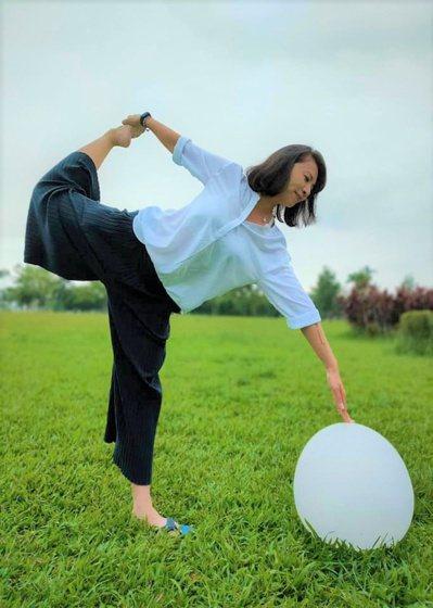 在青青草地伸展筋骨,與大自然翩翩起舞。  圖/Shelly提供