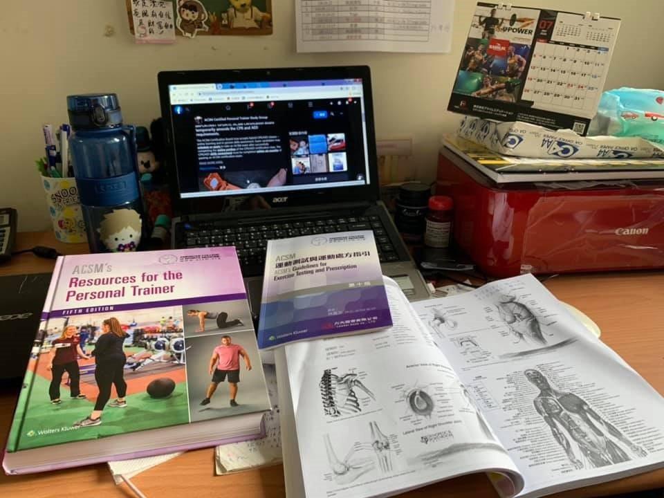 家裡書桌堆滿考證照的書籍和資料。 圖/Shelly提供