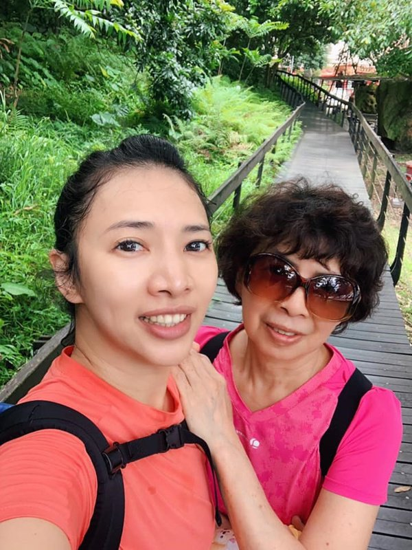 Shelly和媽媽一同運動散步,母女感情更濃厚。 圖/Shelly提供