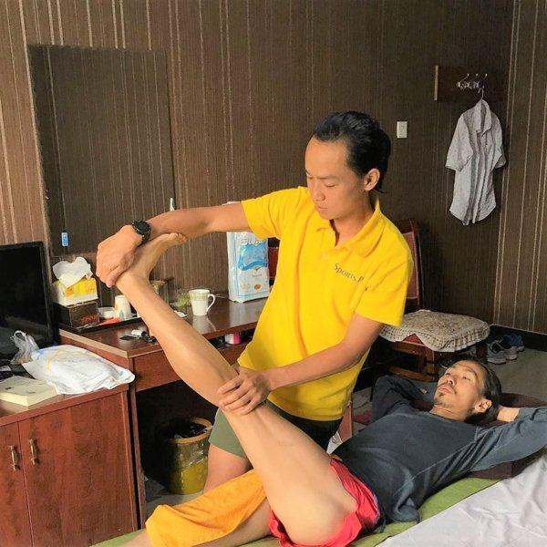 林世奇在甘肅訓練時,協助張嘉哲舒緩筋骨 。 圖/林世奇提供