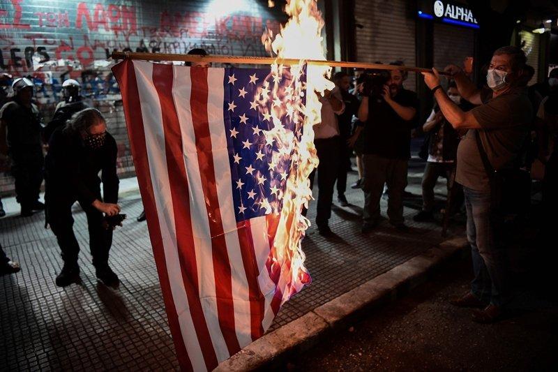 也有學者認為,美國沒有必要繼續維持對全球的干預。圖為2020年9月,美國務卿蓬佩奥訪希臘時民眾的反美示威。 圖/法新社