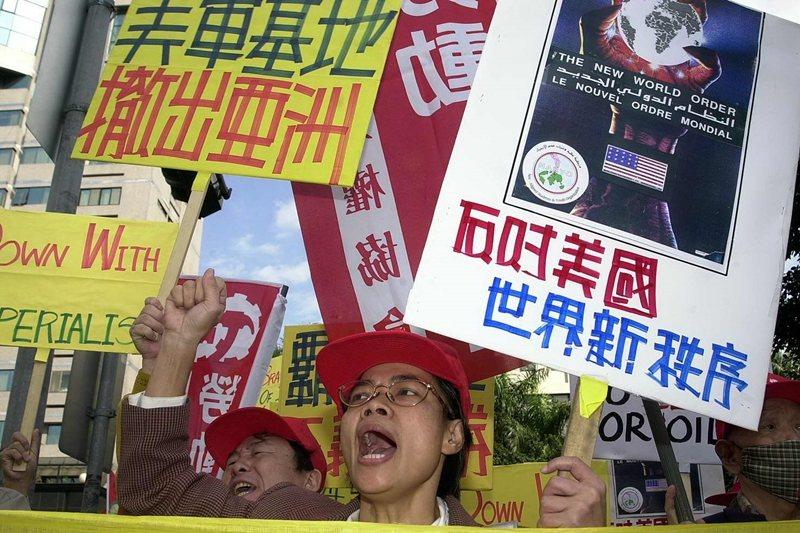 對台灣人而言,觀看美國帝國的發展更是有趣。圖為2001年美軍對伊拉克發動攻擊,台北街頭出現反美示威。 圖/法新社