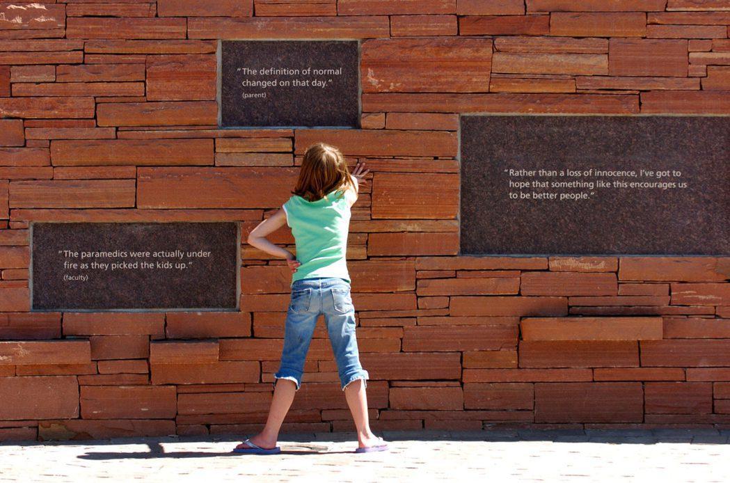 科倫拜事件紀念牆。磚牆中鑲箝倖存學生、老師及父母的回憶與心聲。 圖/Getty ...