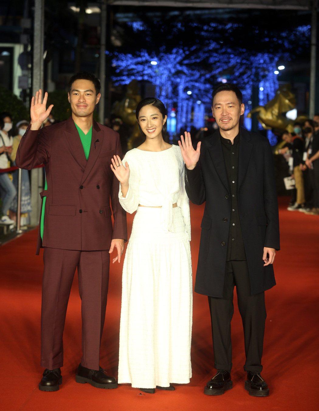 金馬影展開幕紅毯儀式,《腿》劇組桂綸鎂(中)、楊祐寧(左)、張少懷(右)等出席。