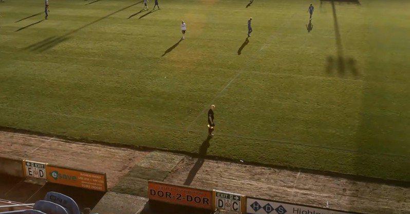 近日一場在蘇格蘭的足球賽,竟發生AI攝影機誤將光頭裁判認成足球,從頭到尾緊緊跟拍狀況。圖擷自youtube