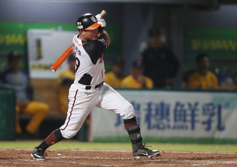 中華職棒7戰4勝制台灣大賽5日晚間在台南棒球場進行第5戰,5局下統一獅隊攻勢頻頻,林祖傑敲出穿越中間防線的滾地安打,帶1分打點,助隊以6比0領先。中央社