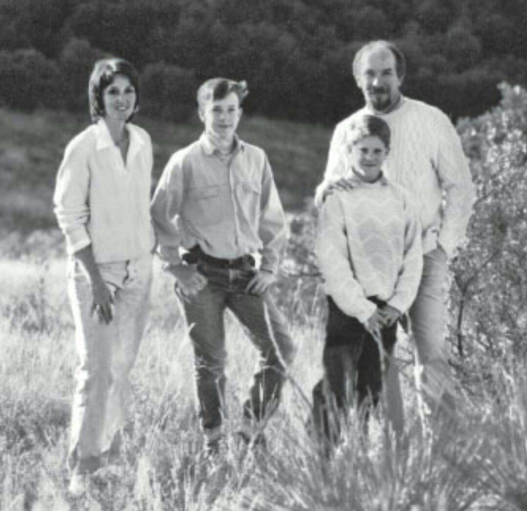 一九九一年聖誕節。克萊柏德一家合影(從左到右:蘇、拜倫、狄綸和湯姆)。圖/Pek...