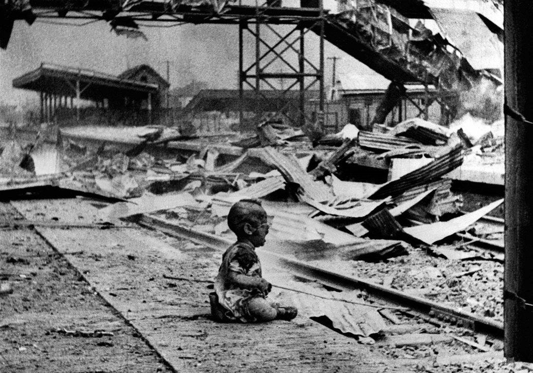 Bloody Saturday:1937年8月28日,被炸毀的上海南火車站,一名...