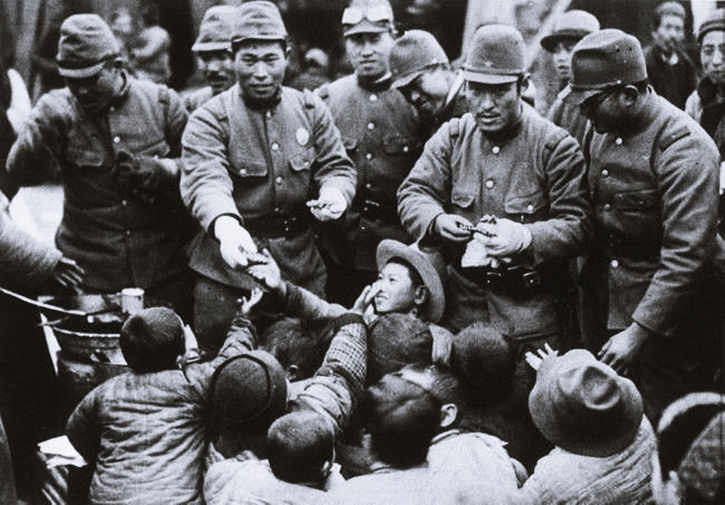 1938年1月22日,在南京日軍派發零食給城內的孩童。 圖/美聯社
