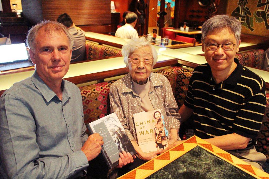 《戰火中國》作者方德萬(左),2018年帶著《戰火中國》原文版來台灣拜訪齊邦媛(...