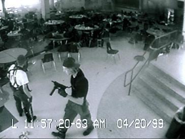 科倫拜校園槍擊事件錄到的監視器畫面。 圖/取自維基百科