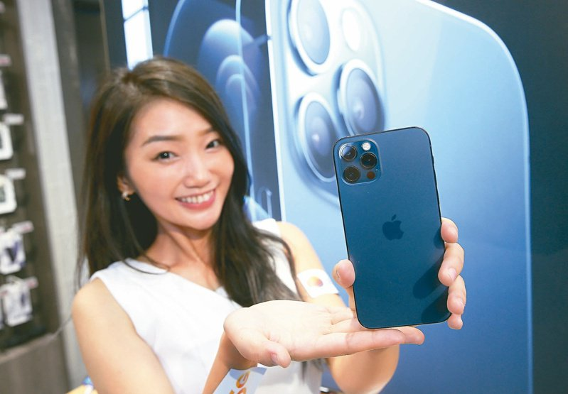 消息人士透露,蘋果正在處理iPhone和其他產品電源管理晶片短缺的問題,可能影響到蘋果能否在年底購物季滿足消費者對iPhone 12需求的能力。這款晶片是驅動iPhone新機5G和新相機功能的關鍵。報系資料照