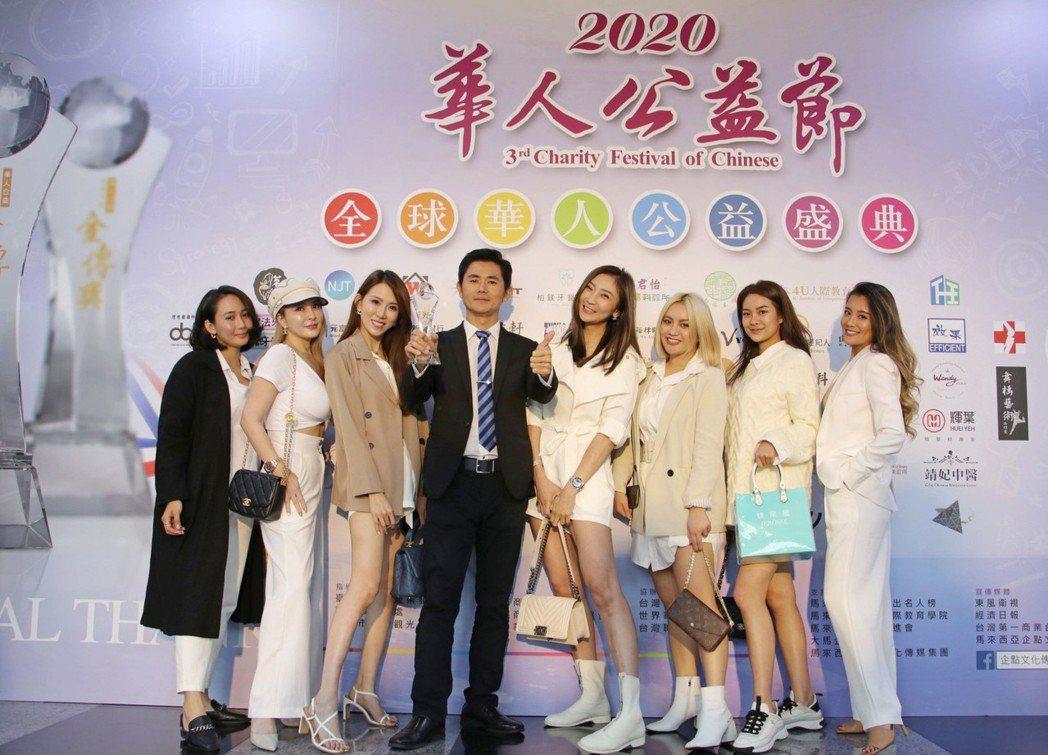 「婕樂纖」創辦人呂世博(左四)表示:「能夠得到華人誠信品牌金傳獎的殊榮,不是屬於...