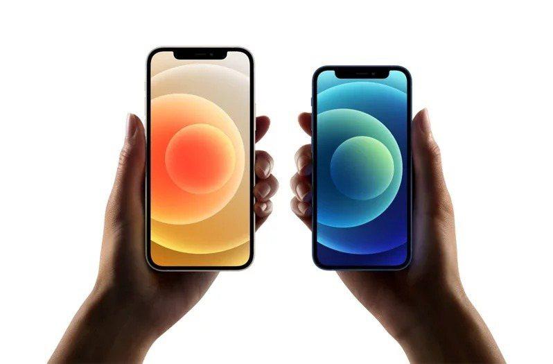 台灣大宣布,本周五晚間9時開始,在實體門市、網路門市、電商平台momo購物網和myfone購物等全通路開放iPhone 12 mini/12 Pro Max預購,13日正式開賣。圖右為5.4吋的iPhone 12 mini。(圖:蘋果提供)