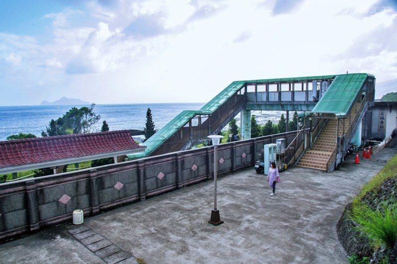 石城車站與龜山島兩兩相望,冬天還能觀賞到「龜山朝日」的蘭陽八景之一。
