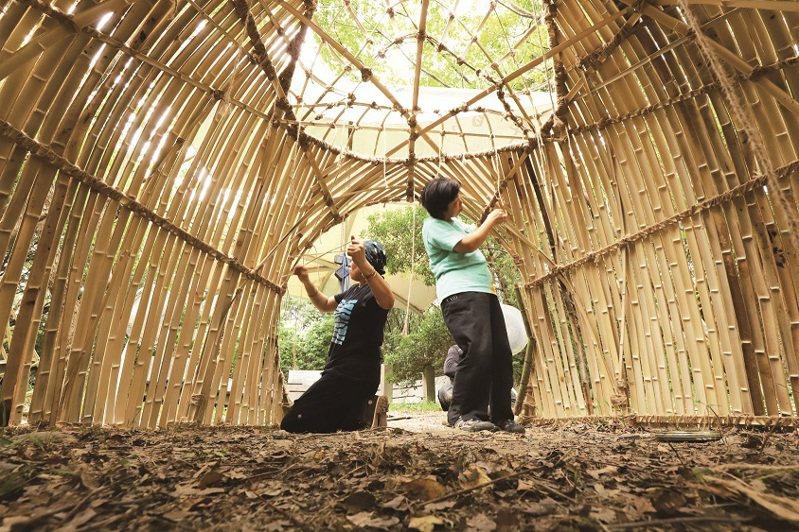 2020 關渡國際自然藝術季中,來自馬來西亞的藝術家陳抒漫,以作品《破土》連結關渡自然公園與兒時漁村記憶,使用竹子和繩結等工法完成現場創作,天然素材呈現作品的純樸美感。
