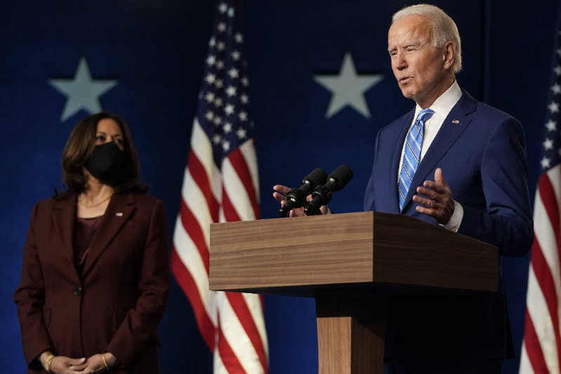 拜登(右)偕同副總統候選人賀錦麗(左)在德拉瓦州一起現身,拜登發表約7分鐘的談話,賀錦麗身著紅色西裝,陪在拜登身旁。法新社