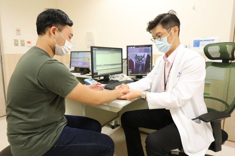 亞洲大學附屬醫院骨科部醫師賴禹呈(右)指出,約有兩成急診患者因車禍、運動傷害、負...