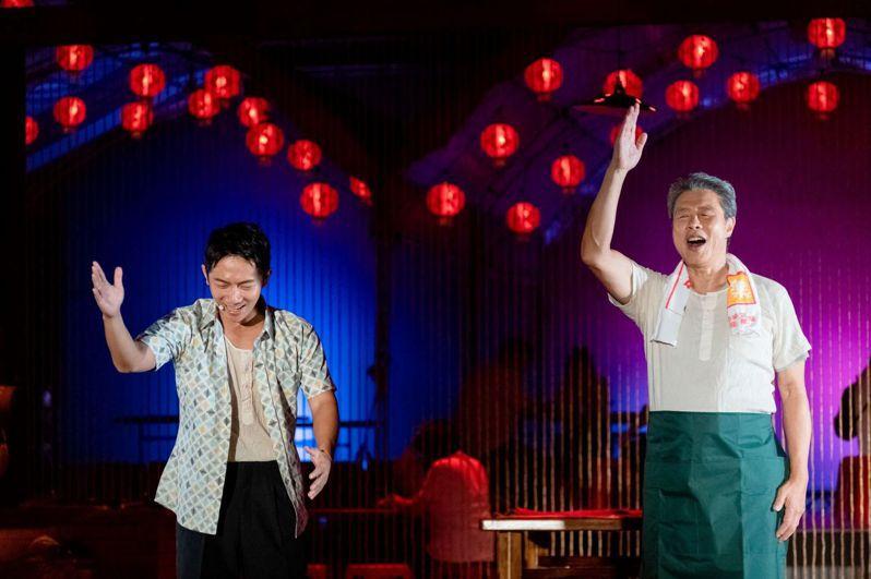 將辦桌文化搬上舞台的台味歌舞戲《十二碗菜歌》,11月7日晚上7時於屏東縣車城福安宮演出,喚起觀眾對台灣古早味記憶與傳承。圖/縣府文化處提供