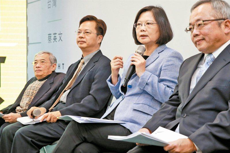 2016年蔡英文(右2)競選總統時,龔明鑫(左2)擔任產業政策小組召集人。圖/聯合報系資料照片
