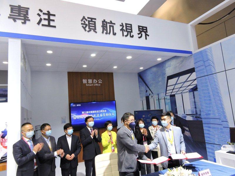 中國國際進口博覽會5日開放進場,台廠冠捷科技(AOC)簽下總計5億美元的採購訂單。記者戴瑞芬/攝影