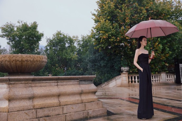 童瑶在電視金鷹獎開幕活動中穿Alexandre Vauthier褲裝。圖/取自微博