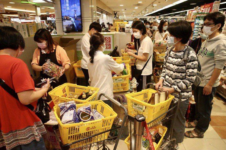 忠孝SOGO超市搶購人潮。記者黃義書/攝影