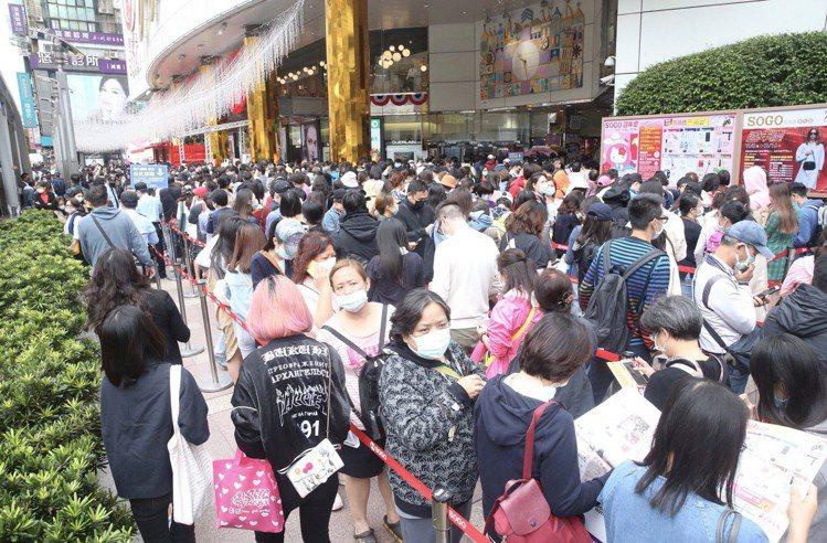 台北SOGO周年慶首日排隊人潮盛況。記者黃義書/攝影