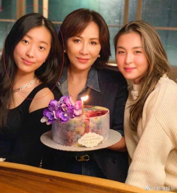 劉嘉玲(中)過生日,陳奕迅的愛女也露面(左)。圖/摘自微博