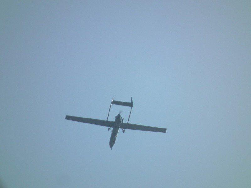 隸屬海軍艦隊指揮部的銳鳶無人機,近日也在空軍台東太麻里靶場上空密集飛行。記者尤聰光/翻攝