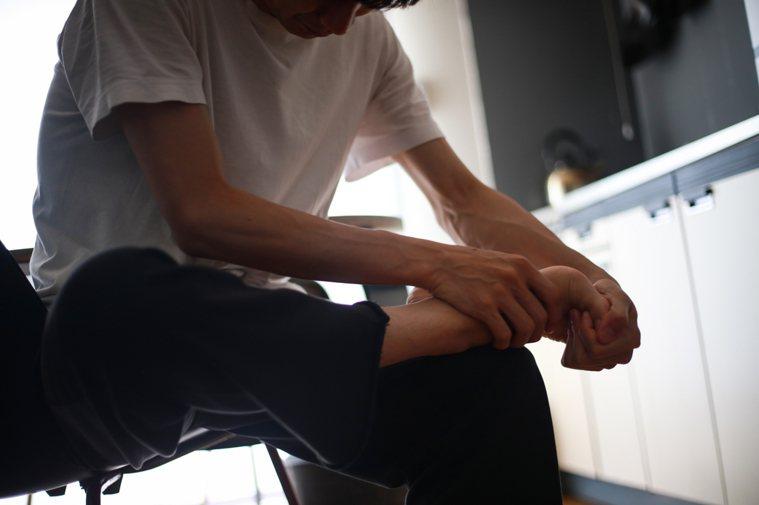 醫師提醒,民眾應養成正確穿鞋習慣,避免足部受傷影響生活。圖/門諾醫院提供