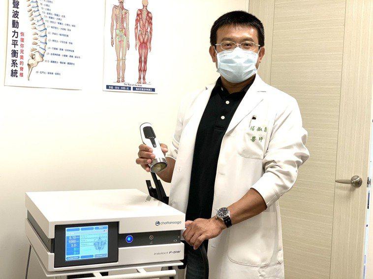 「樂活健康診所」醫師楊椒喬以高能量水介質震波治療婦人的肩膀痛,使她恢復久違的笑容...