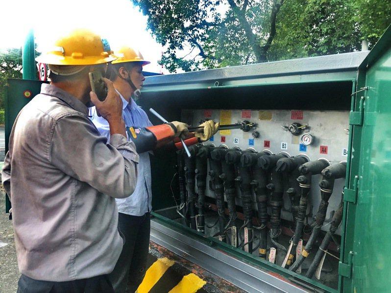 集集鎮清晨跳電,台電從隔鄉水里調來維修人員,才發現每一個電箱內都應備有Y字型「開關作業棒」,竟不翼而飛。圖/集集鎮公所提供