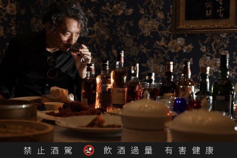 林一峰透過新書《執杯大師的威士忌酒食風味學》,探索84種料理與108支威士忌的餐搭可能性。圖/幸福文化提供。提醒您:禁止酒駕 飲酒過量有礙健康。