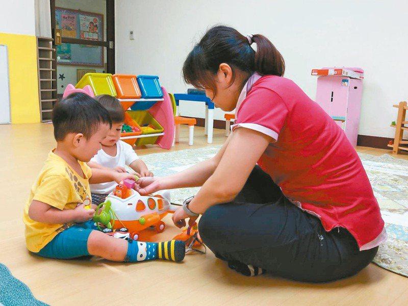 高市社會局開辦兩處的定點計時臨時托育服務,社會局鼓勵育兒家庭多運用此服務。圖/高雄市社會局提供