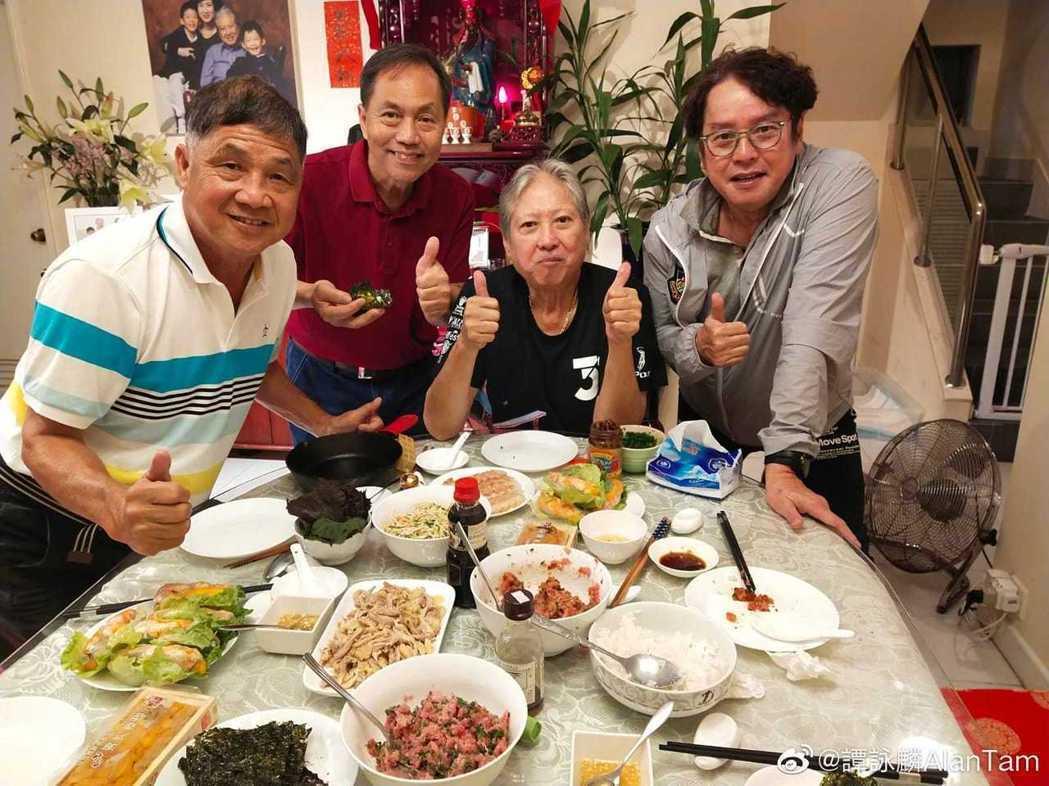 洪金寶日前與譚詠麟等老友聚會。圖/摘自微博