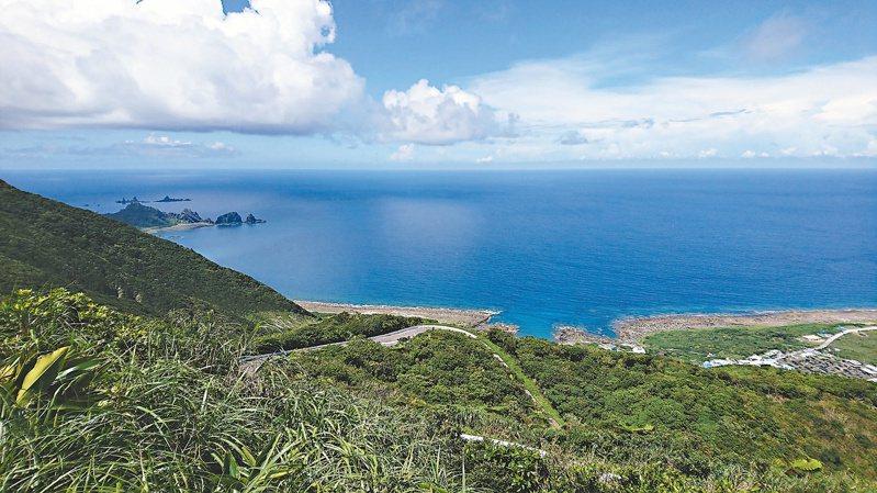 從蘭嶼「中橫」往下望的景色,小島森林聚落一覽無遺。照片提供/張卉君