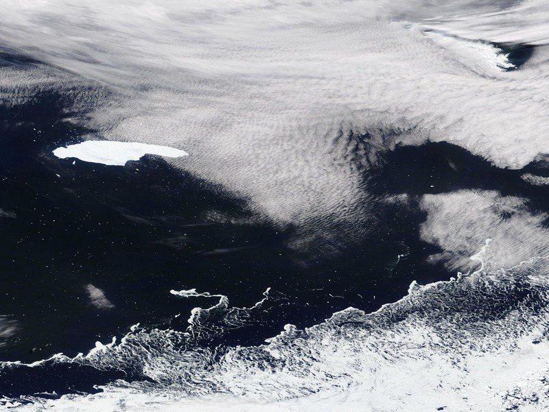 美國航太總署的EOSDIS於4日拍到世界最大的A68a冰山。歐新社