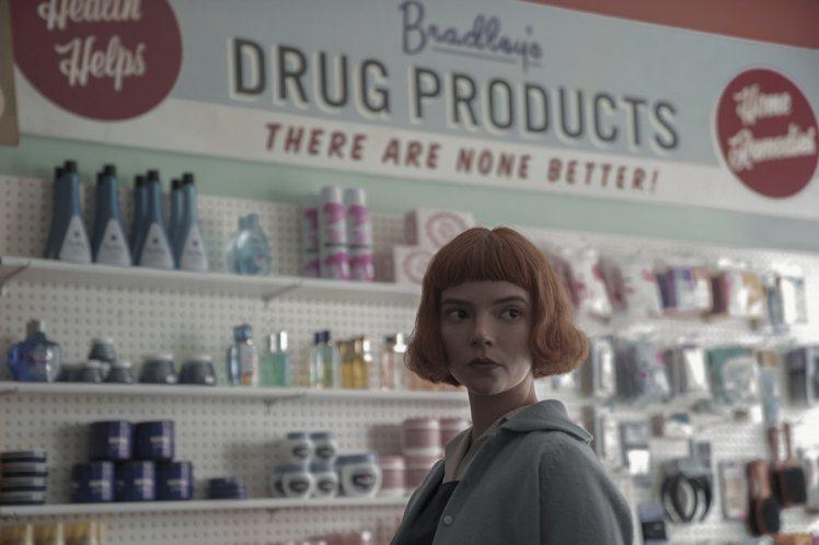 《后翼棄兵》中女主角的髮型是一大亮點。圖/Netflix提供